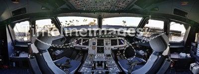 Airbus 320 cockpit flightdeck